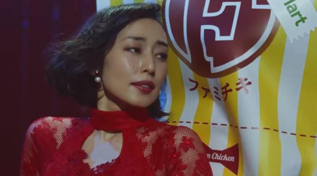 ファミリーマートのファミチキCMの女優は誰?赤いドレスのかわいい美人女性は木村多江!